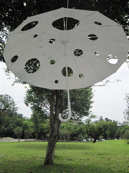 沒人撐的傘 (因為破很多洞)