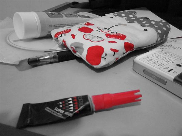 只剩紅色的桌面