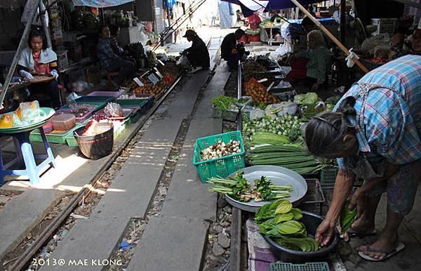 Mae Klong market 0