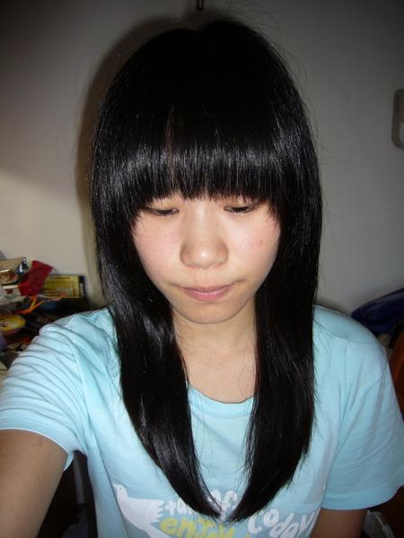 被剪歪掉的妹妹頭 不過我後來有自己修XD