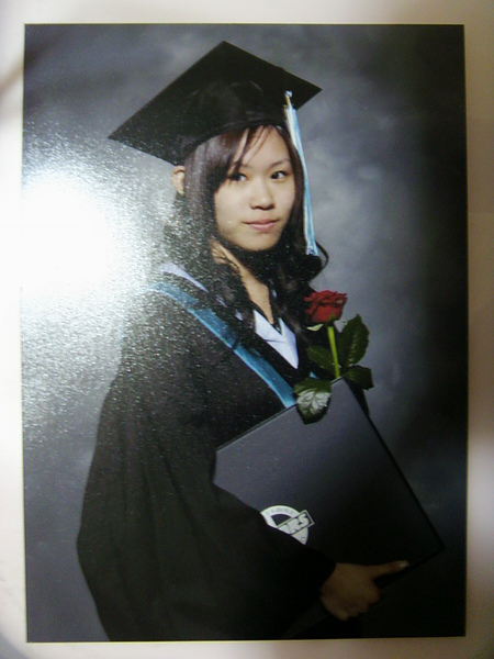畢業典禮當天,拿到畢業證書後都要照一張