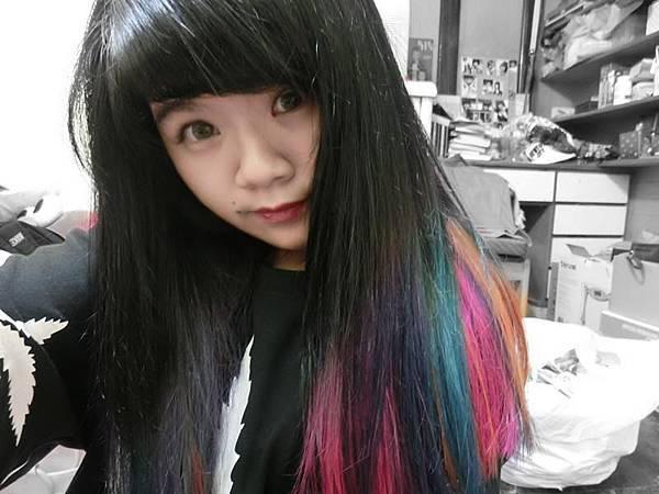 底色黑髮 配髮尾 線條特殊色