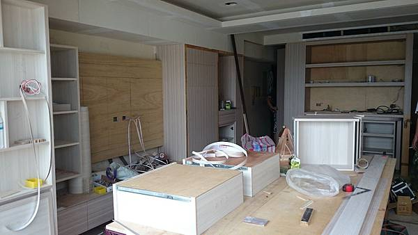 主臥室床頭電腦桌 小孩房的衣柜 本來設計成普普風
