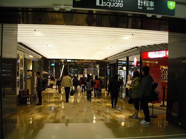 京站轉運站大廳與百貨公司連接處.JPG