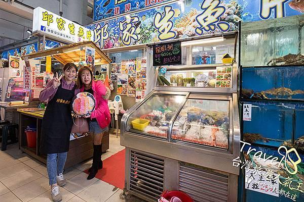 兩位女生在拍照,旁邊有好多海產,後壁湖生魚片可外帶,邱家2店