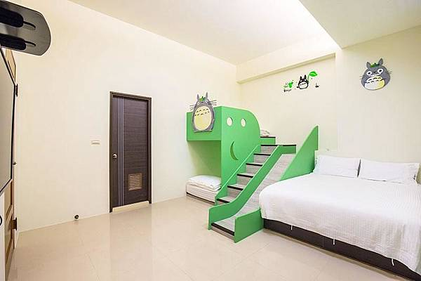龍貓4人房提供的室內溜滑梯。