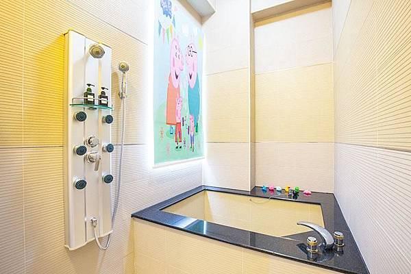 乾淨整潔的浴缸和衛浴設備。