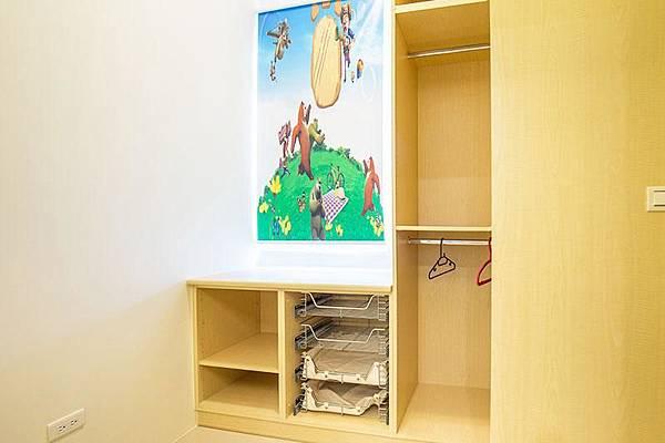 衣櫥-寶可夢海報,就在童樂園民宿裡