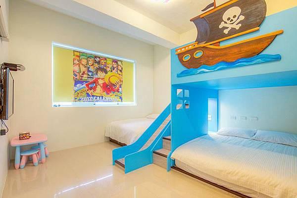 海賊王溜滑梯,牆上有海賊王的海報,很熱血唷