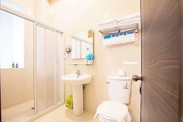 乾淨馬桶在童樂園廁所-親子民宿麥坤房