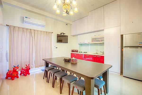 從民宿廚房的側面看,室不室空間寬敞呢?