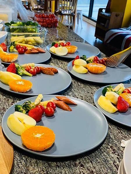 當季蔬菜番茄_草莓-滿滿的水果拼盤,是安農第五街精心準備的菜餚jpg