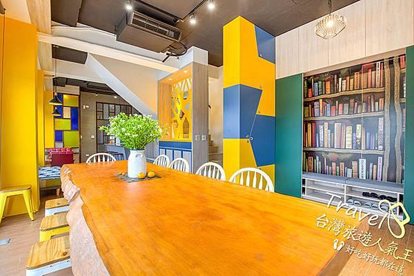 花瓶-桌子-椅子-旁邊有書櫃,營造出很好的休息空間