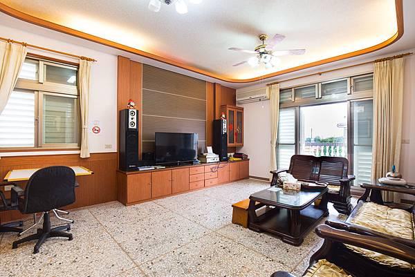 2F客廳-沙發椅子-電視,空間寬敞,宜蘭民宿_香魚之家提供