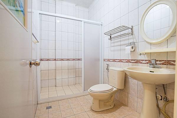 宜蘭民宿_藍樁-雙人房-房間廁所-香魚之家-照片提供