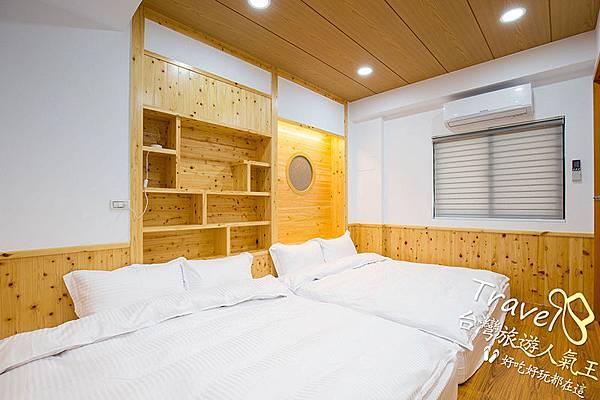 1F舒適和室雅房(B)有床有棉被、還有置物櫃,功能齊全唷