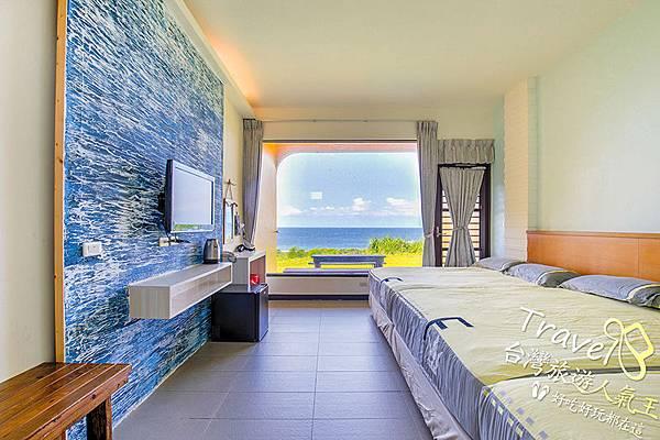 綠島民宿-白沙灣32號:米黃色的房間,加上藍藍的牆,寬廣觀景窗