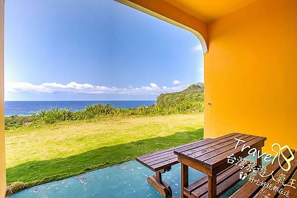 102四人房-綠島民宿-打開窗簾-望出去-藍藍的海