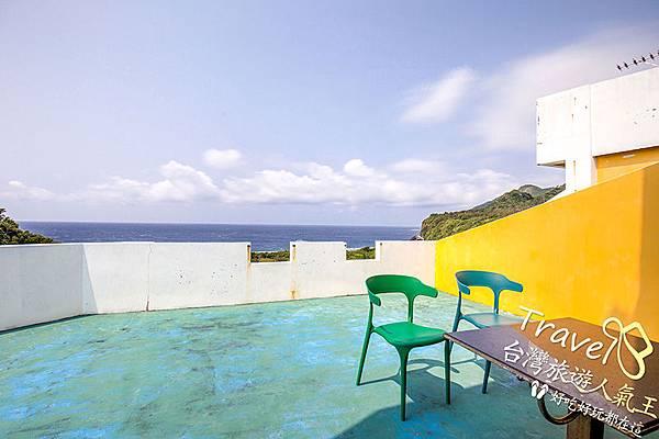 2張綠椅-陽台-綠島民宿-高處遠眺-風景-美