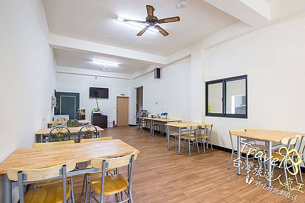 很多張桌椅,悠悠閒閒吃完早餐,再來看看民宿!!