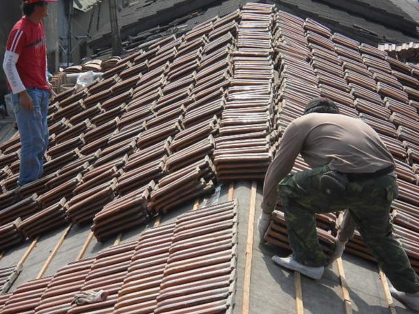 屋瓦翻修一屋瓦鋪設施工中