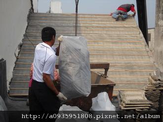 屋瓦翻修 板平施工過程  廢棄物吊運