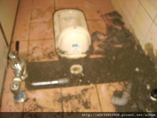 廁所漏水一水管施工