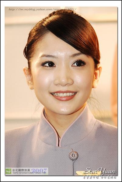 2007台北國際旅展之華航空姐與林志玲 (4).JPG
