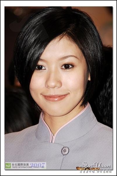 2007台北國際旅展之華航空姐與林志玲.JPG