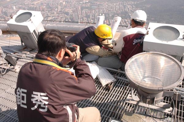 煙火攝影達人也到現場為這重要工程留下紀錄.JPG