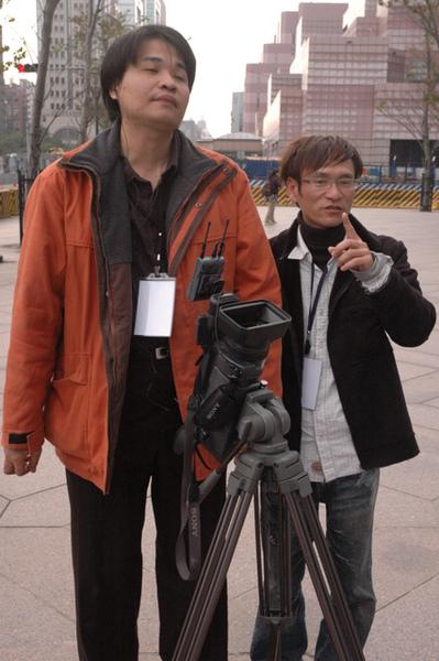 導演和總監在討論主持人走位.JPG