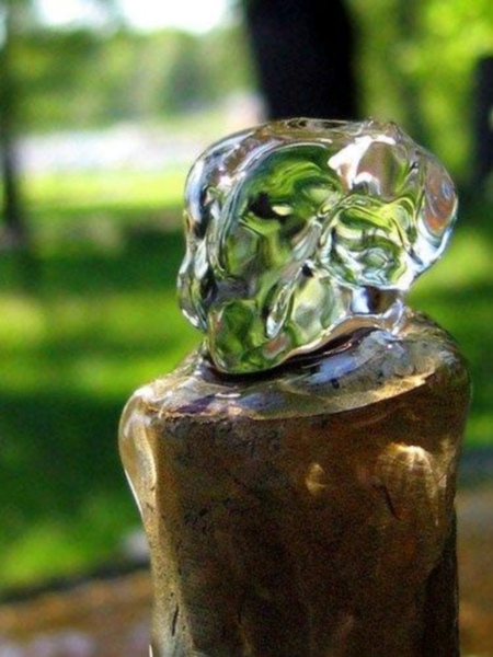 噴泉管噴湧而出的水.jpg