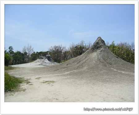 烏山頂泥火山所擁有的兩座泥火山皆屬「噴泥錐型」