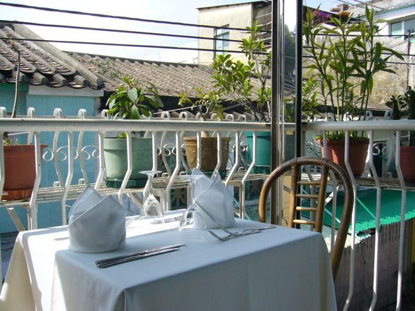 餐廳矮小...從二樓跳到一樓腿不會斷那種高度
