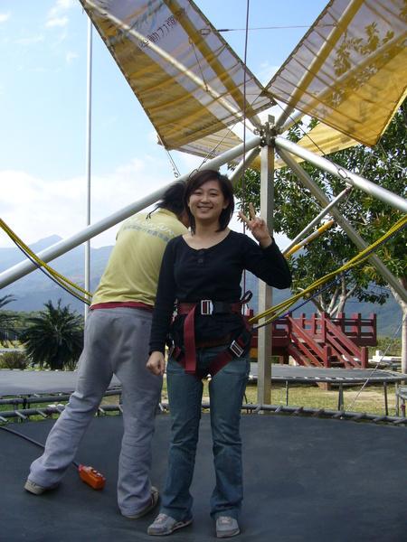 大姐挑戰高空彈跳