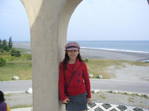 從柱子裡往外看的海景