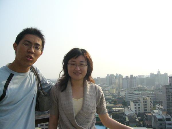 在佛寺旁的廢棄頂樓取的景,可看到彰化市區全景喔!