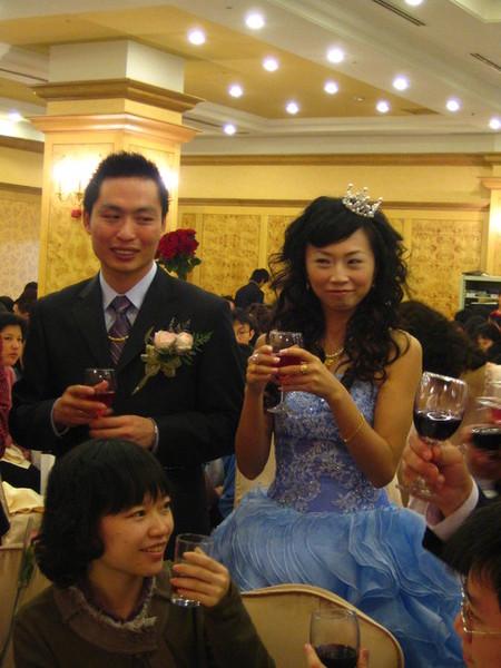 敬酒時間~也是整新郎新娘的時候啦!ㄎㄎㄎ