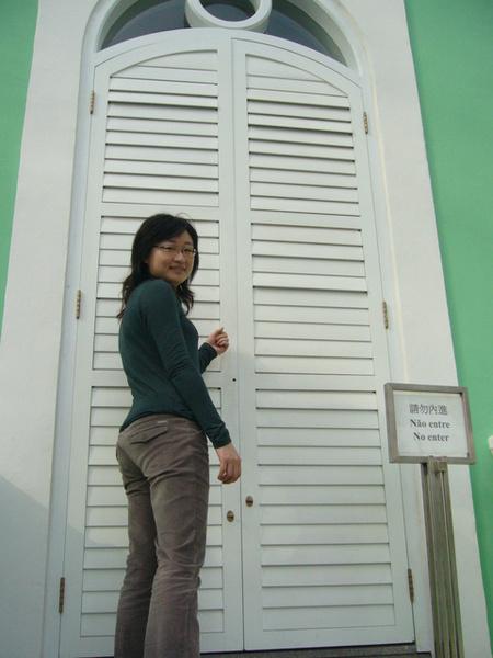 請勿內進...只好做做敲門的樣子