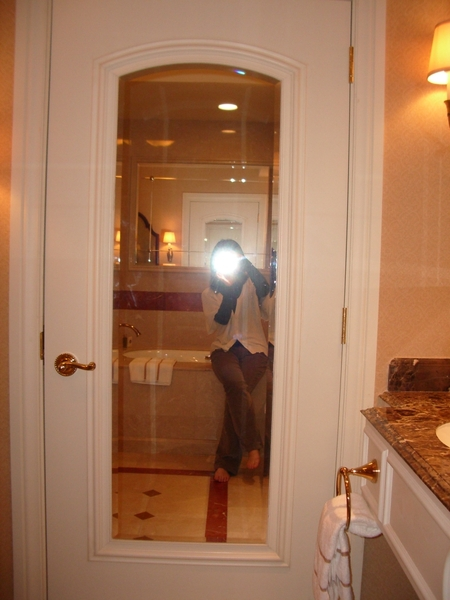 浴室四周都有鏡子