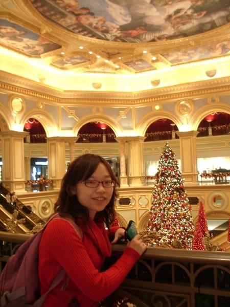 火紅的聖誕樹加上金色的燈光照映美極了!