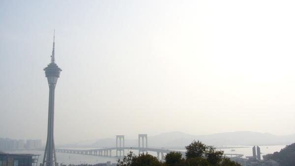 旅遊塔旁邊是跨海大橋