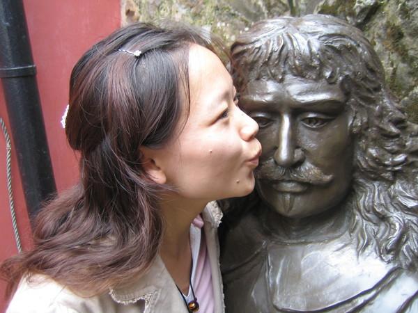女兒親吻父親~^^~