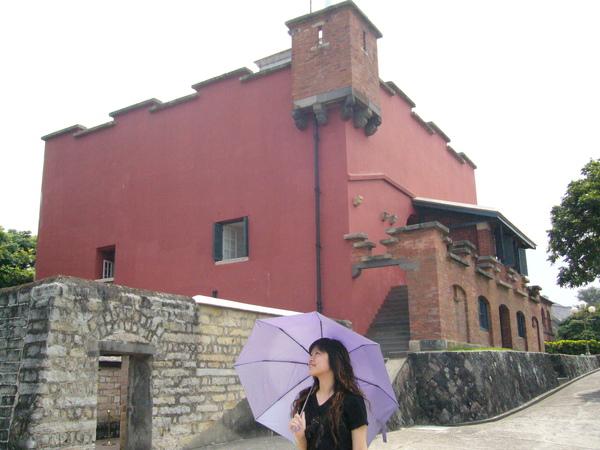 紅毛城前撐傘的女人