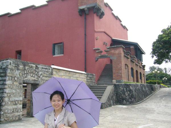 紫色的傘&紅色的建築物