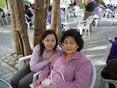 跟媽的合照--我跟媽都穿粉紅色的衣服喔!