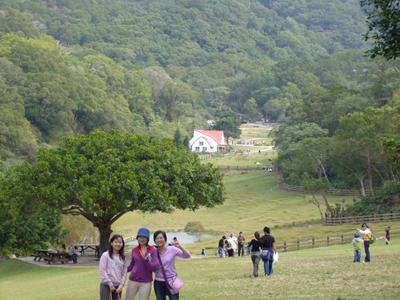 飛牛牧場全景--三姊妹超小合照~主要照風景啊!