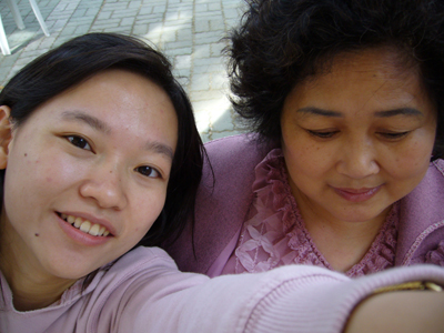 我跟媽來個自拍--媽好似害羞低頭的少女