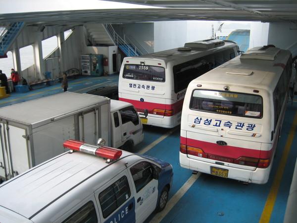 遊覽車可以直接開進去船裡耶!