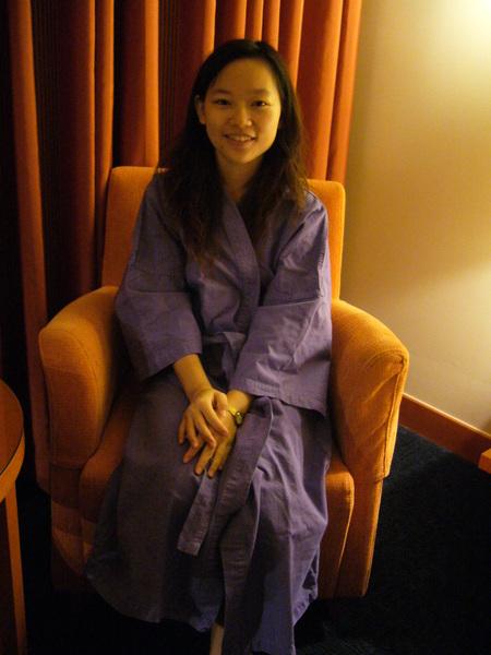 讓我想起去帛琉時也穿浴袍自拍打發時間XD